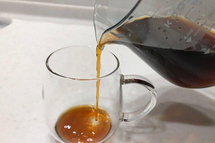 サーバーからコーヒーカップに注ぐ