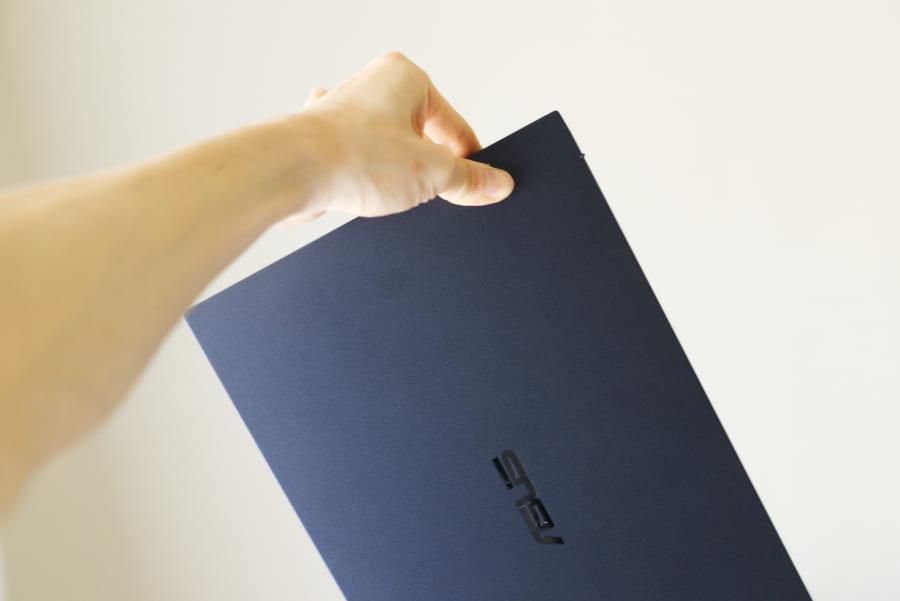 指で軽々と持つことができるExpertbook