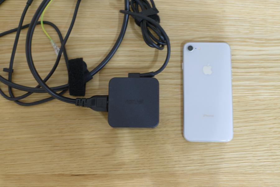 充電器とiphone8のサイズ比較